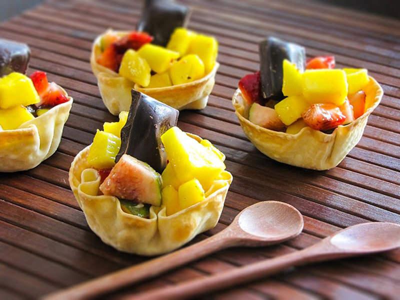 salada-de-fruta-na-cestinha-para-festa-de-noivado-casamento-cha-de-cozinha