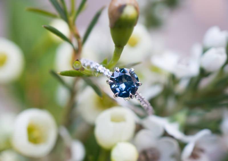 12-anel-de-noivado-ouro-branco-safira