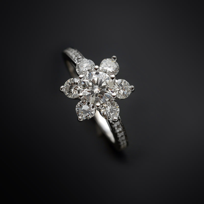 anel-de-noivado-ouro-branco-flor-diamantes