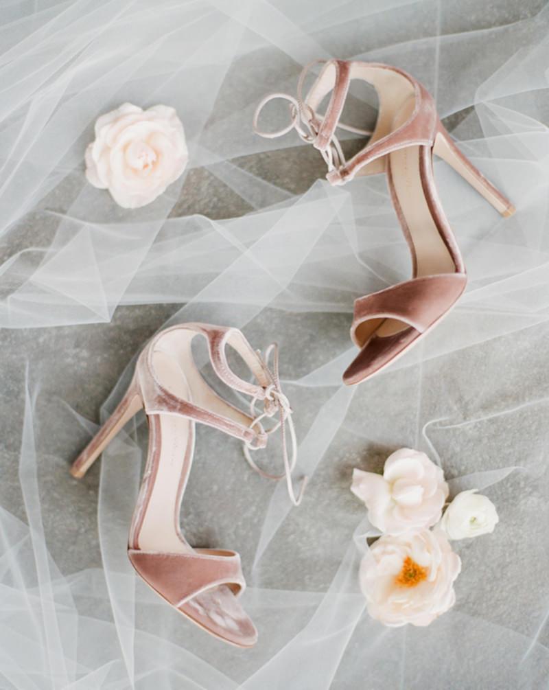 sandalia-de-veludo-para-casamento