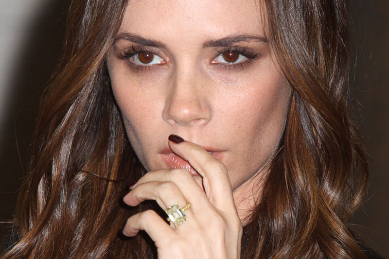 02-victoria-beckham-engagement-ring-radiant-ouro-amarelo