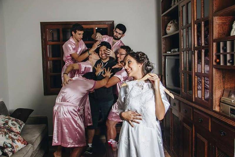 noiva-faz-ensaio-de-casamento-com-amigos