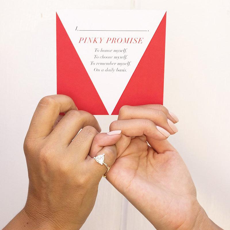 pinky-promise-anel-de-noivado-no-dedo-mindinho-Fred-and-Far