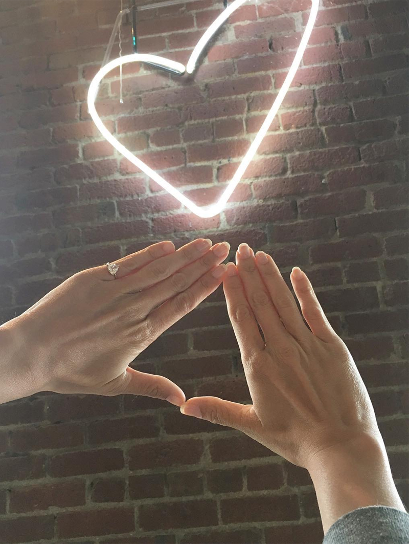 pinky-promise-anel-de-noivado-no-dedo-mindinho-love-yourself