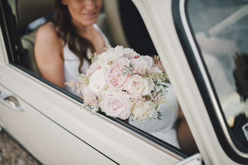 122-incriveis-fotos-de-casamento-que-parecem-obras-de-arte-casando-em-um-lugar-paradisiaco-momento-de-saida-da-noiva-do-carro-buque-emocao