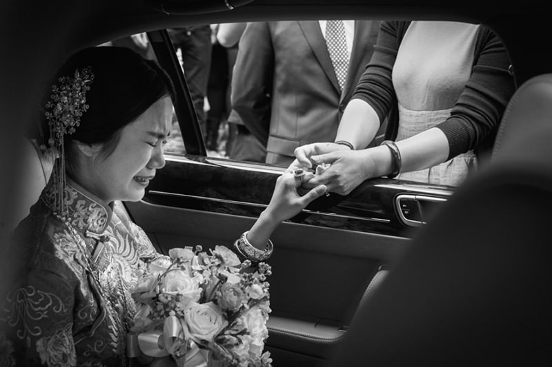 127-incriveis-fotos-de-casamento-que-parecem-obras-de-arte-casando-em-um-lugar-paradisiaco-momento-de-saida-da-noiva-do-carro-emocao