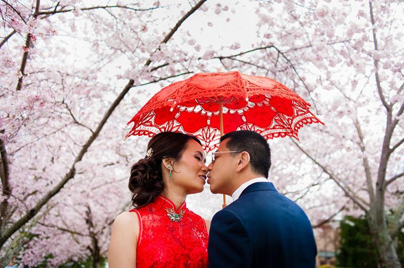 139-incriveis-fotos-de-casamento-que-parecem-obras-de-arte-casando-em-um-lugar-paradisiaco-nuvem-ceu-arvores-beijo-apaixonado-dos-noivos-oriental