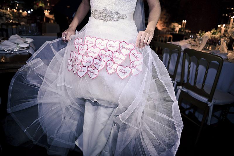 supersticao-de-noivas-nomes-na-barra-do-vestido