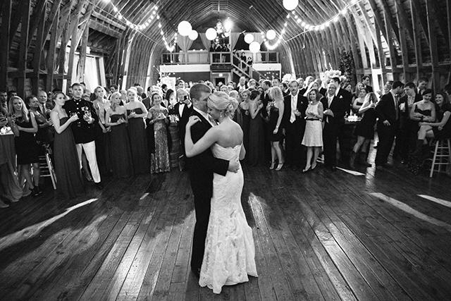 Noivos em sua primeira dança no casamento