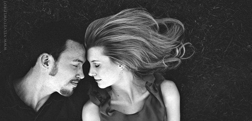 fotografia em preto e branco destaca emoções no dia do noivado