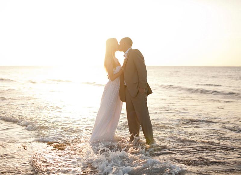 beijo-praia-casal-trash-the-dress
