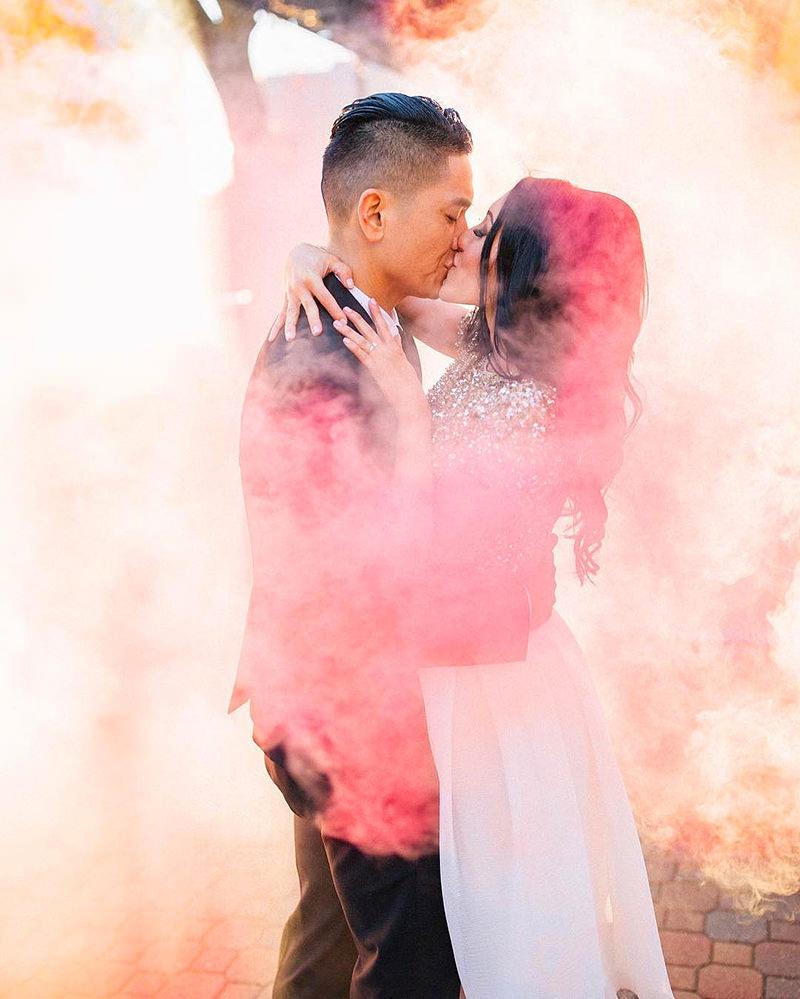 casal-beijo-fumaça-colorida