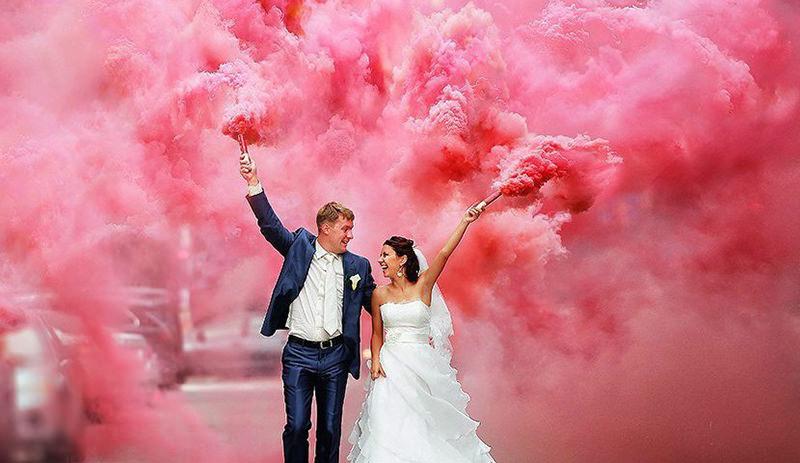 casal-casamento-fumaça-colorida