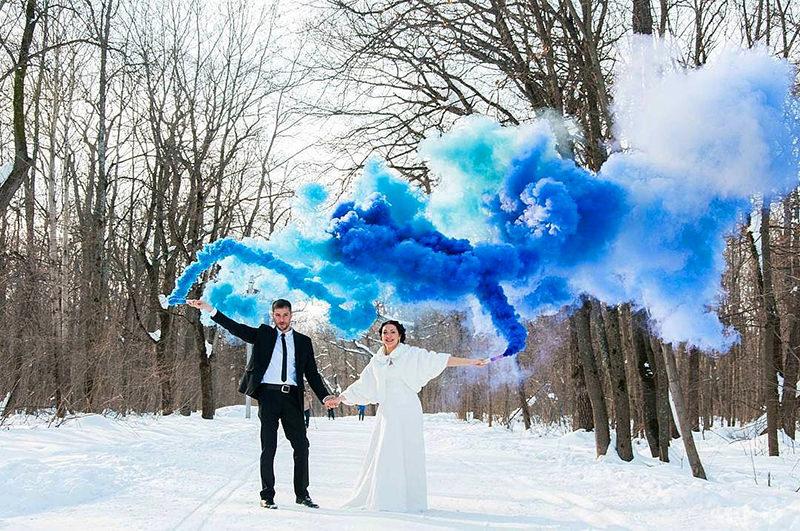 casal-noiva-noivo-casamento-fumaçca-colorida-neve