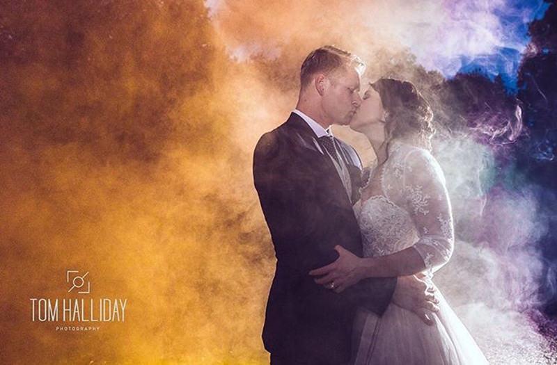 casamento-fumaça-colorida-casal