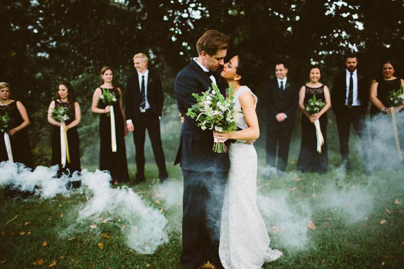 fumaça-colorida-casamento-casal-padrinhos