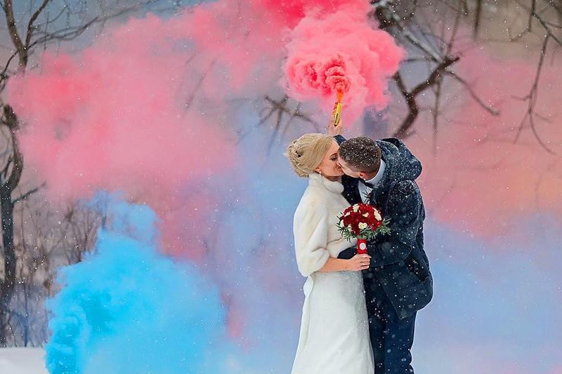 noivo-noiva-fumaça-colorida-casamento