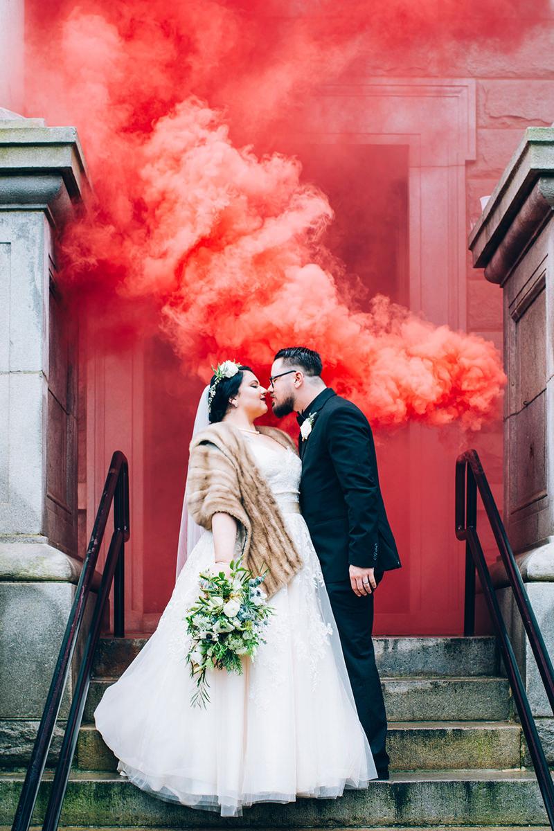 noivos-casamento-fumaça-colorida-smoke-bomb-red