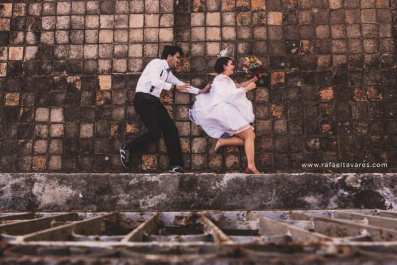 trash-the-dress-casal-noivo-noiva-deitados
