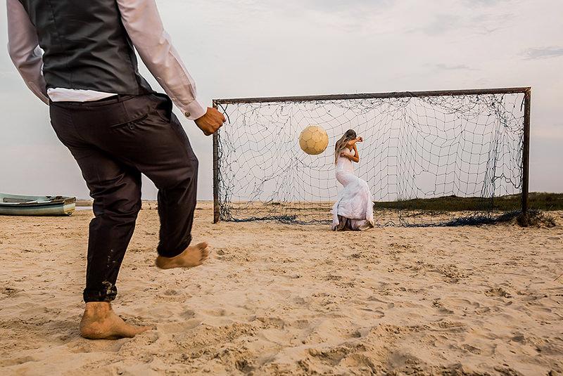 trash-the-dress-ensaio-casal-noivos-casamento-vestido-de-noiva-futebol-gol