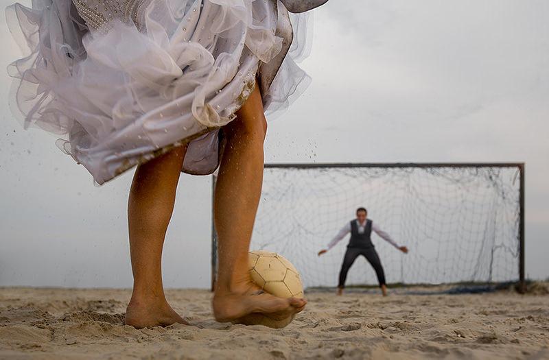 trash-the-dress-ensaio-casal-noivos-casamento-vestido-de-noiva-futebol-praia