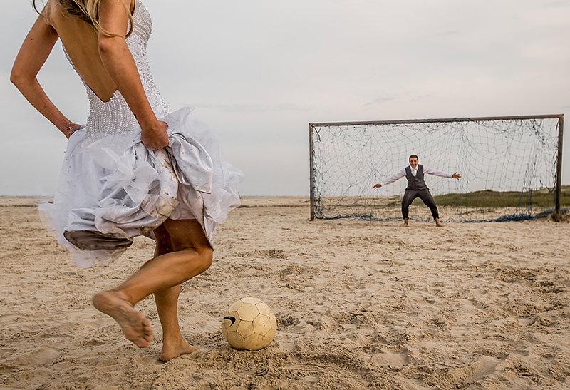 trash-the-dress-ensaio-casal-noivos-casamento-vestido-de-noiva-futebol