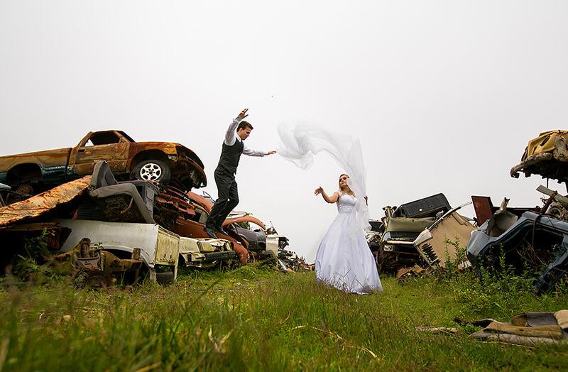 trash-the-dress-ferro-velho-ensaio-vestido-de-noiva-noivo