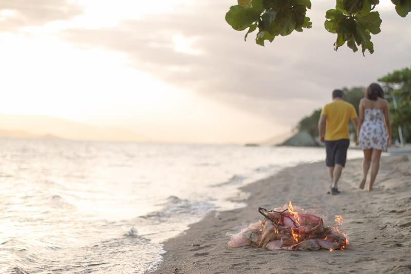 vestido-praia-trash-the-dress-casal-fogo-cinzas-fim