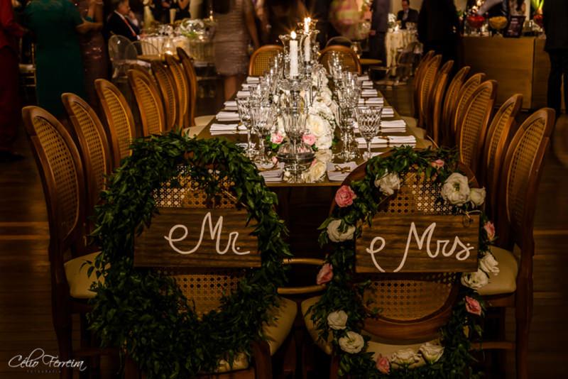 casamentos-placa-para-cadeira-de-noivos-mr-mrs