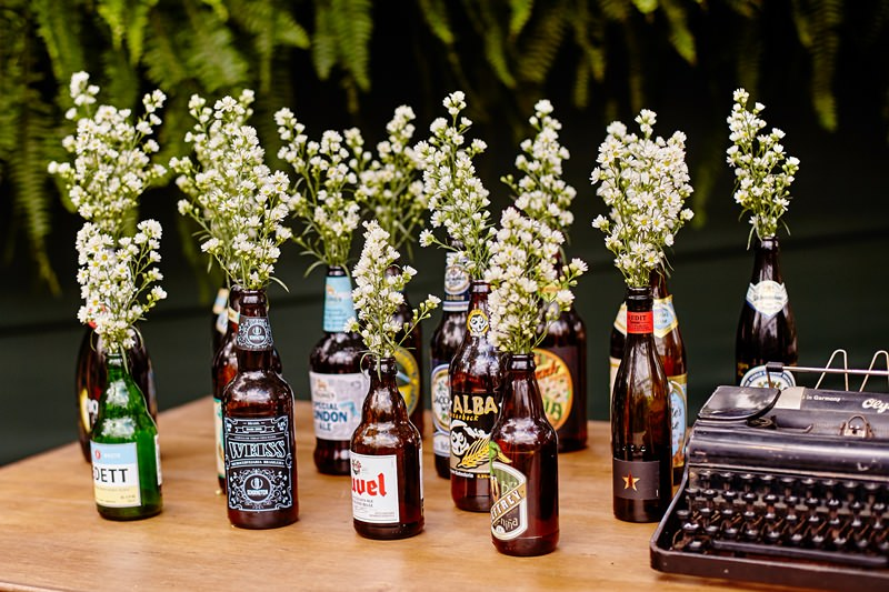 casamento-boho-chic-decoracao-garrafas-flores-7