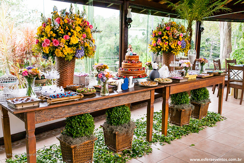 18 mesas de bolo de casamento para voc u00ea se inspirar eNoivado -> Decoração De Mesa Do Bolo Para Casamento Simples