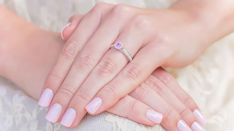 coisas-que-voce-deveria-saber-antes-de-comprar-um-anel-de-noivado-pedra-central-safira-rosa