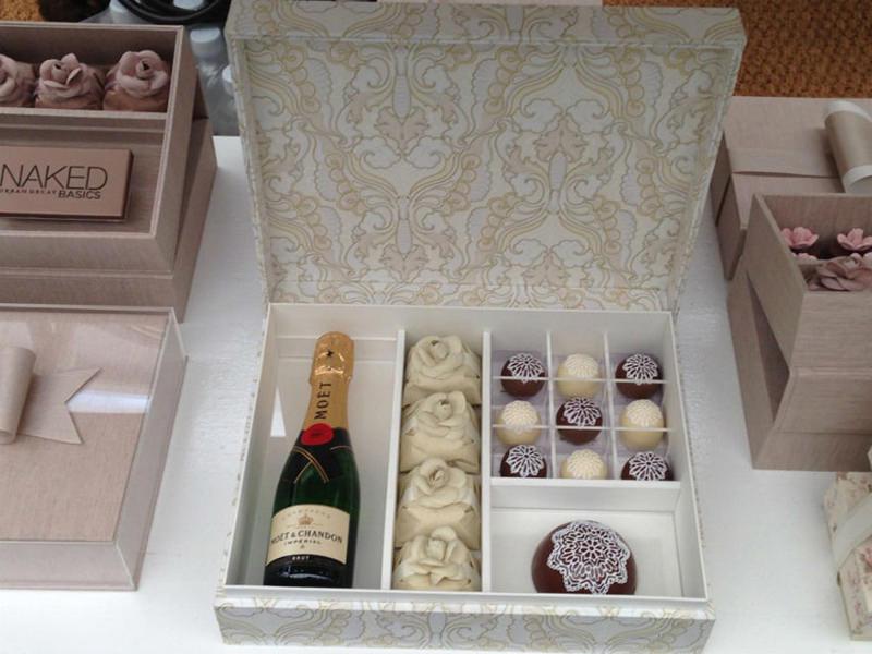 tutorial-caixa-decorada-para-lembrancinha-dos-padrinhos-inspiracao-presente-champanhe-e-docinhos