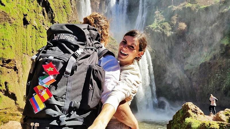 Noivos-se-casam-38-vezes-em-12-países-diferentes-mochila-com-bandeiras-15
