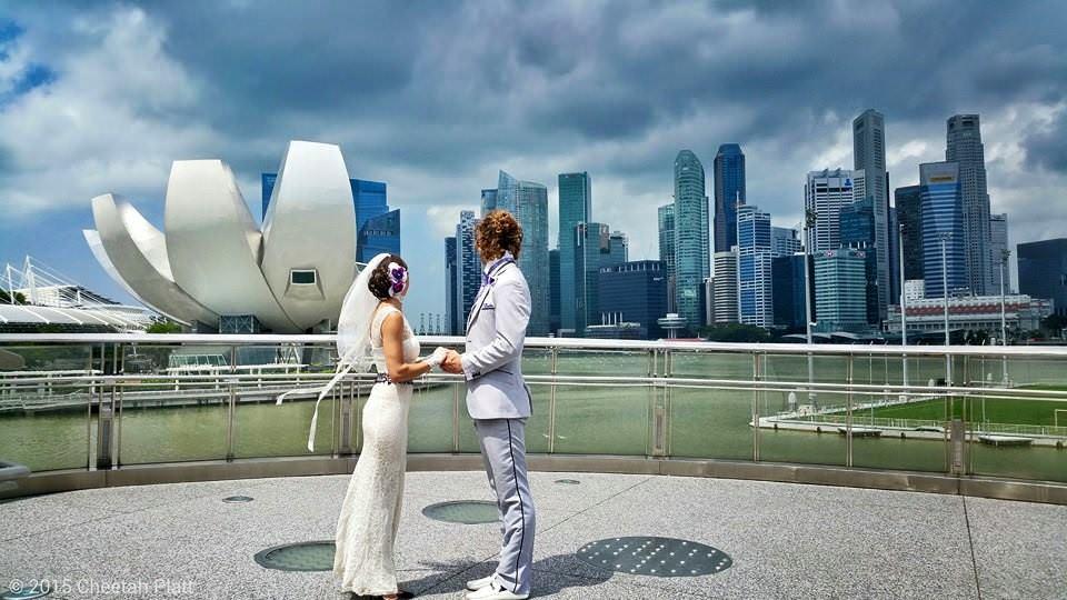 Noivos-se-casam-38-vezes-em-12-países-diferentes-singapura-2