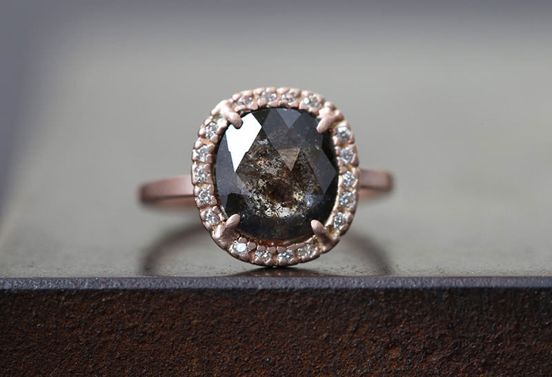 anel-de-noivado-diamante-escuro-para-noivas-pouco-convencionais