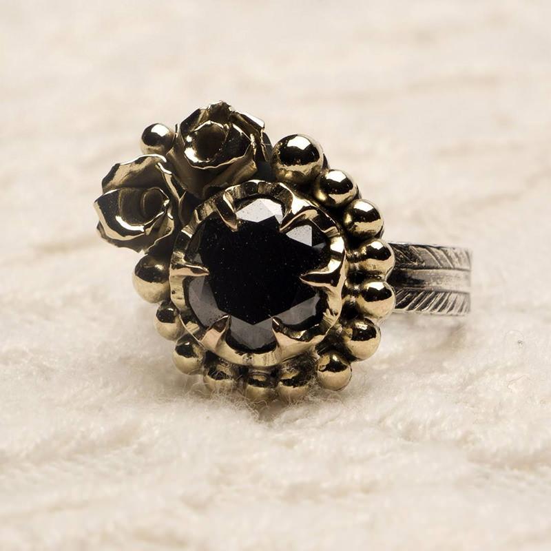 anel-de-noivado-diamante-preto-rosas-em-ouro-noivas-ousadas