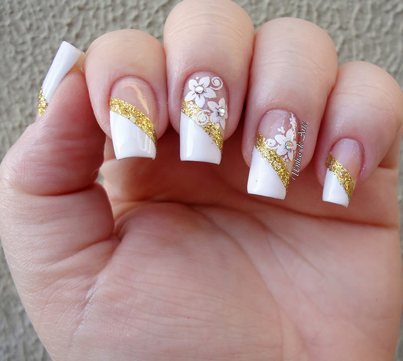 arte-na-unha-para-noivas-branco-e-dourado-com-flores