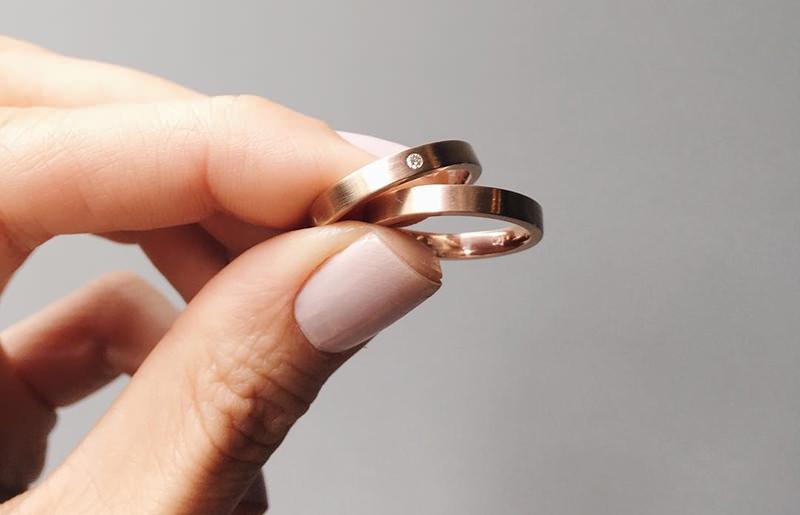 noivo-noiva-alianças-em-ouro-rose-par-casamento