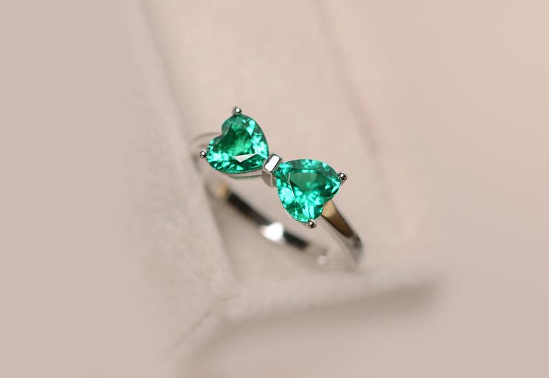 anel-de-noivado-deslumbrante-coracao-laco-esmeralda