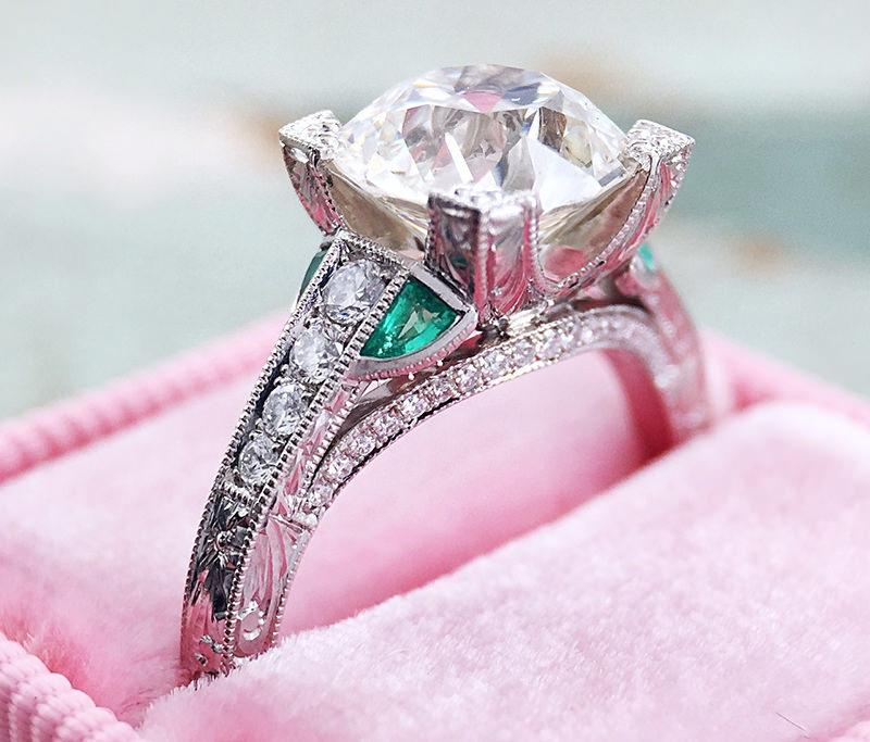 anel-de-noivado-ouro-branco-com-esmeraldas