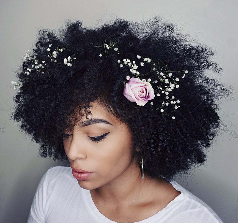08-noiva-com-cachos-e-flores-no-cabelo