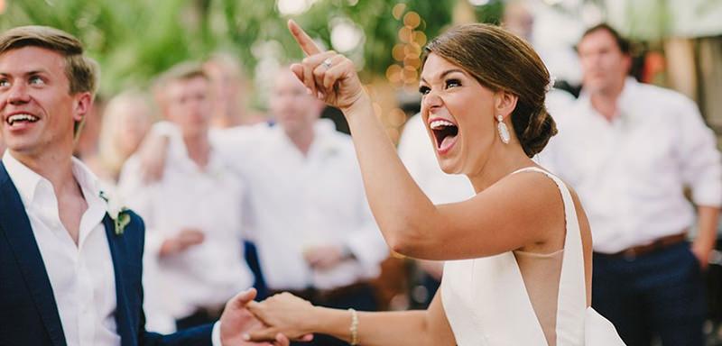 8-dicas-para-as-noivas-nao-perderem-a-cabeca-no dia-do-casamento-southernmost-house-kellys-bar-wedding1