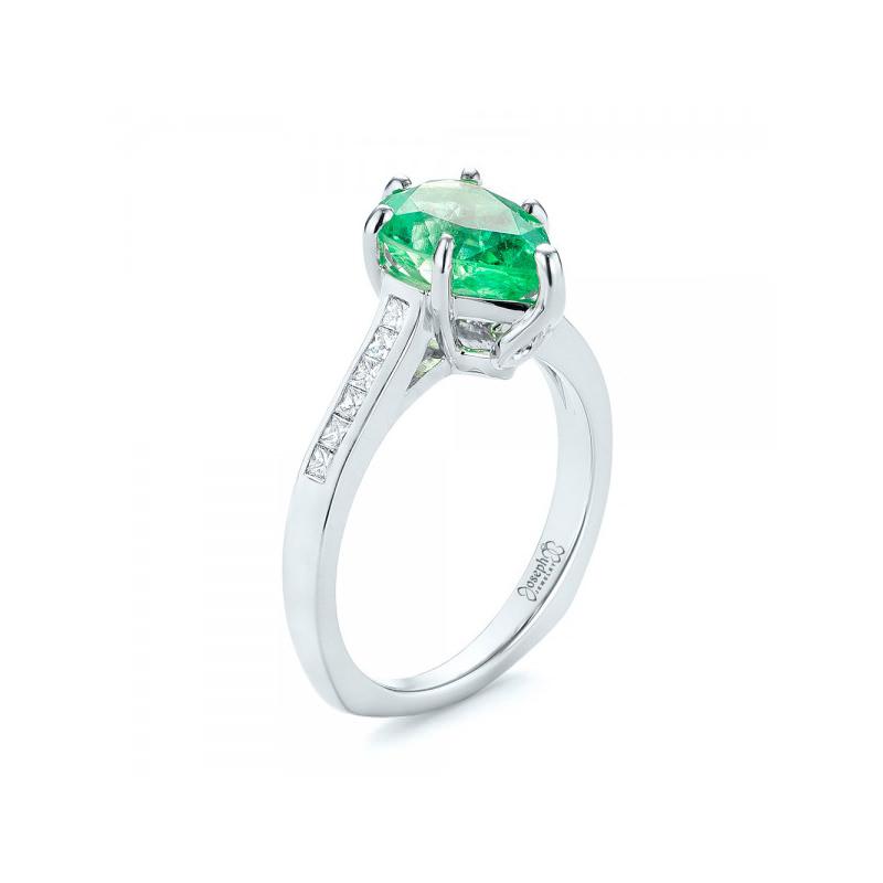 alianca-de-noivado-com-diamantes-e-detalhe-central-em-esmeralda-ouro-branco