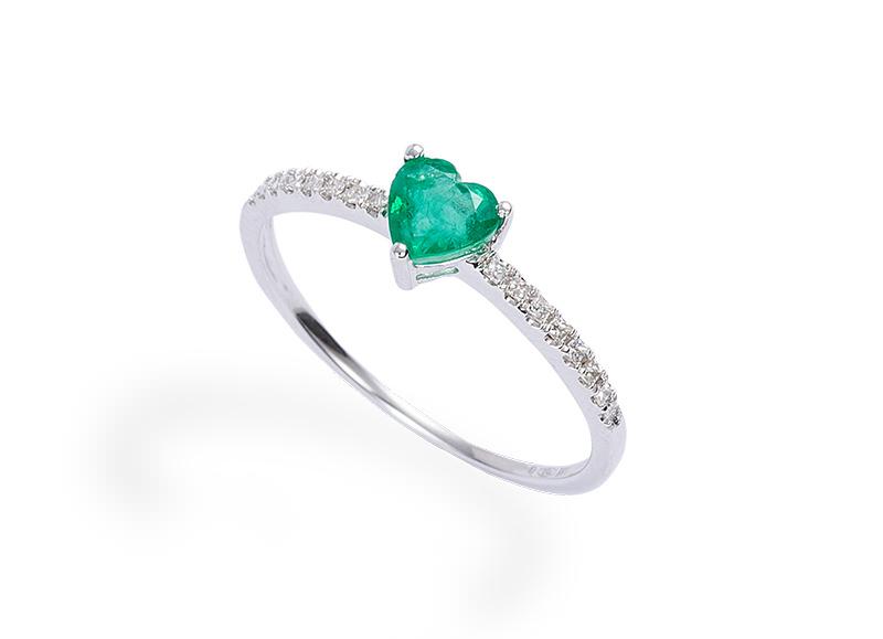 alianca-de-noivado-com-diamantes-e-detalhe-em-coracao-esmeralda-ouro-branco