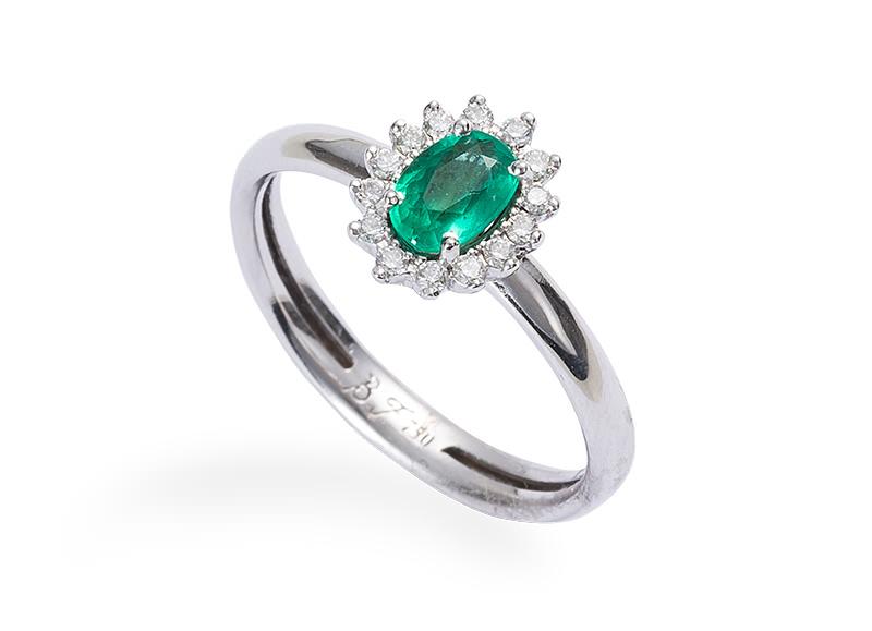 alianca-de-noivado-com-diamantes-e-detalhe-oval-em-esmeralda-ouro-branco