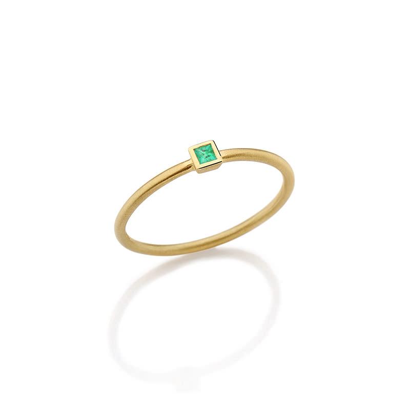 alianca-de-noivado-com-esmeralda-modelo-solitario-quadrado-ouro-amarelo