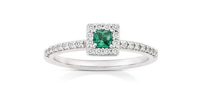 alianca-de-noivado-com-esmeralda-quadrada-e-diamantes-em-ouro-branco