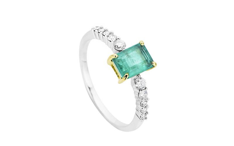 alianca-de-noivado-solitario-com-diamantes-e-detalhe-em-esmeralda-ouro-branco
