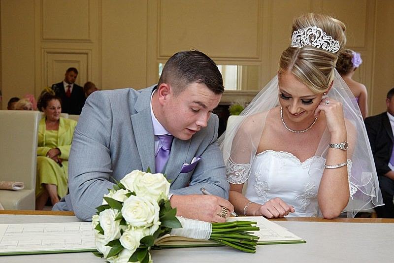 casamento-civil-assinando-os-papeis-planejamento-de-casamento